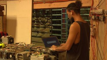 Mann arbeitet an Laptop