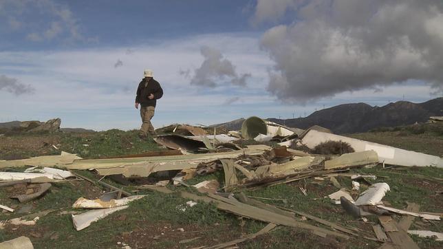 """Akis Papasarantis von der """"Bürgerbewegung zur Rettung der kleinen Inseln der Ägäis"""" sieht sich den """"Friedhof der Windräder"""" auf Evia an. 2001 wurde hier ein Windpark errichtet, inzwischen dreht sich kein Windrad mehr, aber niemand entsorgt die Reste."""