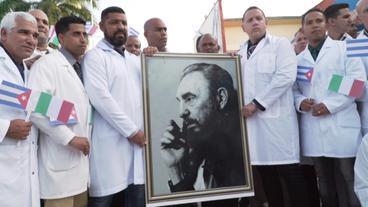 Kubanische Ärzte mit Foto von Fidel Castro