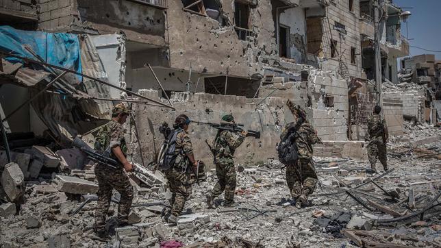 Kämpfer der syrischen Opposition in den zerstörten Straßenzügen von Rakka.