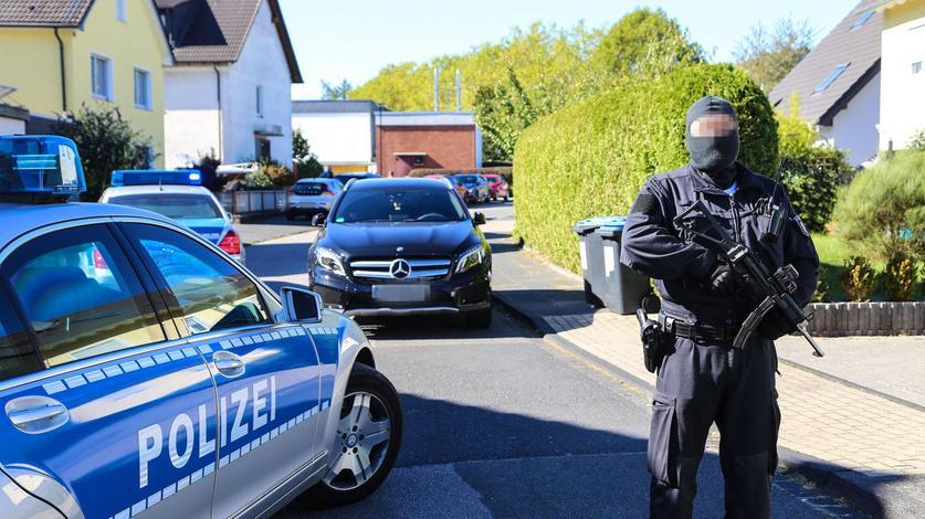 Schwerbewaffnete Polizisten bei einem Einsatz gegen eine Clan-Familie