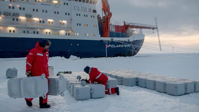 """Es ist die größte Arktis-Expedition aller Zeiten: Im September 2019 macht sich der deutsche Eisbrecher """"Polarstern"""" auf den Weg und driftet eingefroren für ein Jahr durch die Eiswüste nahe des Nordpols. An Bord: die besten Wissenschaftler ihrer Generation. Ihre Aufgabe: Daten sammeln – über den Ozean, das Eis und die Atmosphäre. Die Mission: den Klimawandel verstehen. Die Corona-Pandemie stellt die Crew vor zusätzliche Herausforderungen.Der Dokumentarfilm liefert eine spektakuläre Nahaufnahme der """"MOSAiC""""-Expedition des Alfred-Wegener-Instituts, Helmholtz-Zentrum für Polar- und Meeresforschung (AWI). Er wird produziert von der UFA Show & Factual in Kooperation mit dem rbb, NDR und HR für Das Erste. - Tonnenweise Equipment transportierte die Polarstern in die Arktis - Ausrüstung, die schließlich auf der Eisscholle ausgebracht wird."""