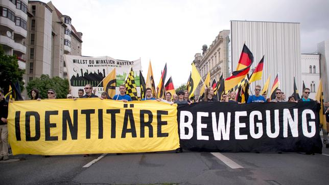 Demonstranten mit Transparent der Identitären Bewegung.