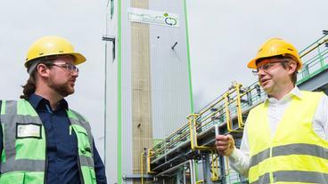 Pascal Klein, CEO der Pyrum Innovations AG und und Dr. Christian Lach, Projektleiter ChemCyclingTM bei BASF, vor der Reifenpyrolyseanlage.