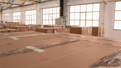 Lagerhalle mit Kisten voller Schutzmasken