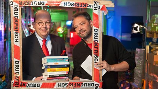 Literaturkritiker Denis Scheck (l.) mit Regisseur Andreas Ammer (Bild: WDR/ Bernd-Michael Maurer)