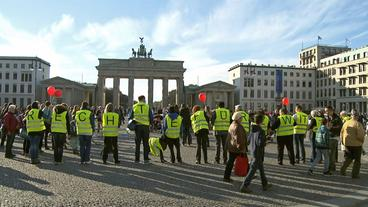 Demonstranten vor dem Brandeburger Tor in Berlin