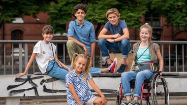 Pfefferkörner 17. Staffel - v.l.n.r.: Lou, Tarun, Jonny, Pippa und Clarissa in der Speicherstadt