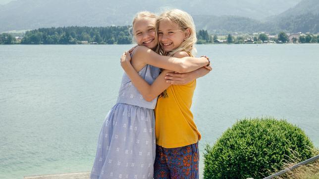 Die Zwillinge Lotte und Luise haben sich am Wolfgangsee gefunden.