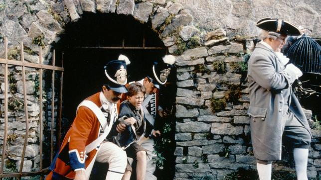 Die Lakaien des Prinzen greifen den elfjährigen Waisenjunge Tommi (Truan Munro) auf und bringen ihn ihn den königlichen Palast, wo er als der neue Prügelknabe den Hintern hinhalten muss.