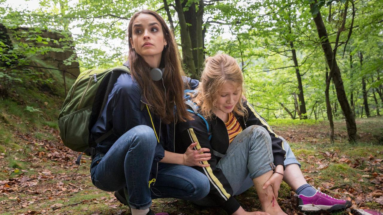 Clara und Emmy im Wald, Emmy hat sich verletzt