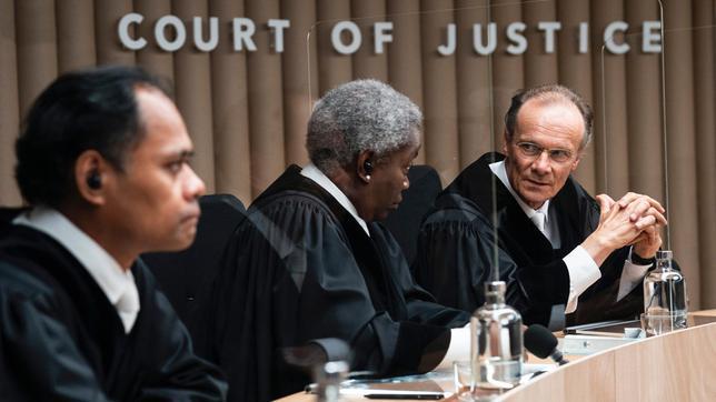 Hans-Walter Klein (Edgar Selge) ist der vorsitzende Richter des Verfahrens am Internationalen Gerichtshof.