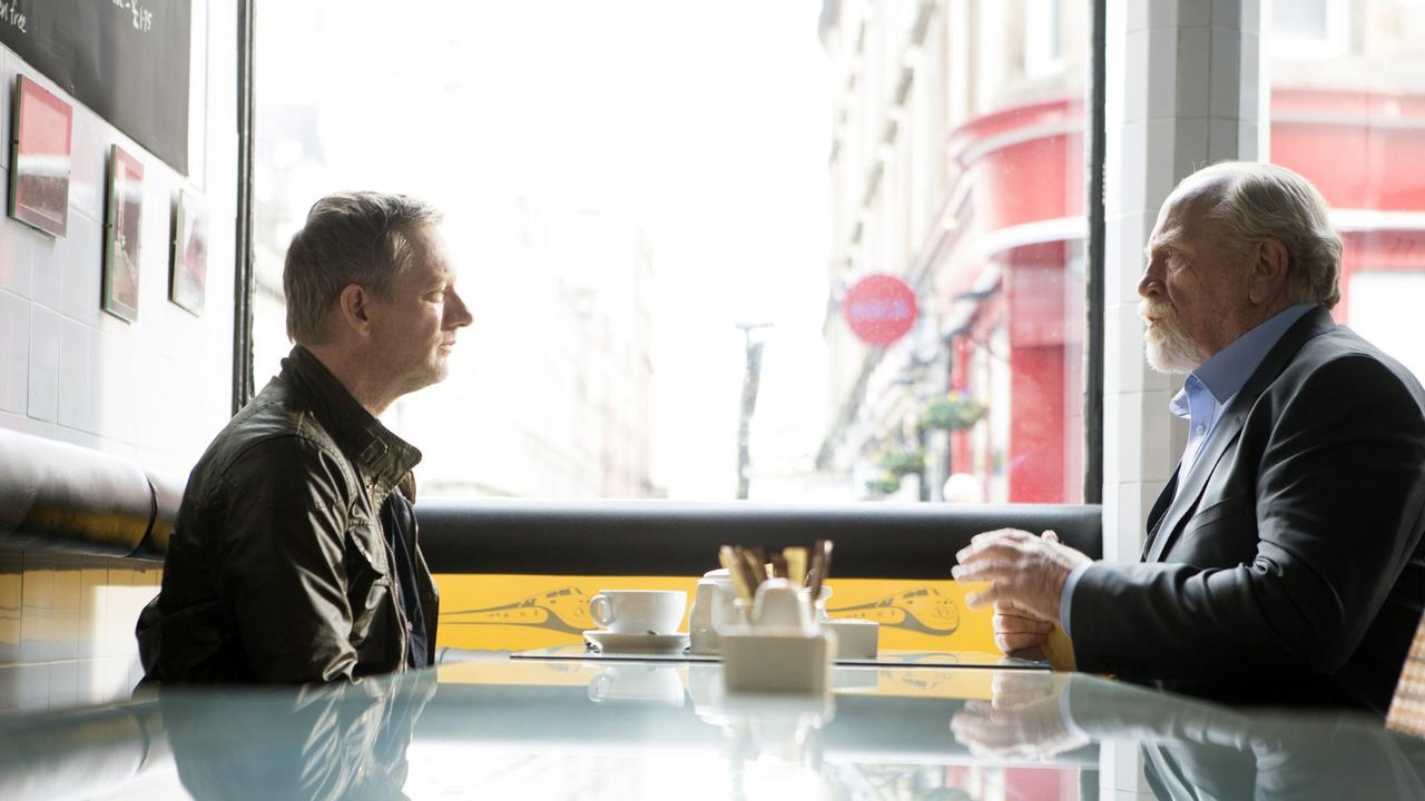 Perez und McCall sitzen an einem Tisch