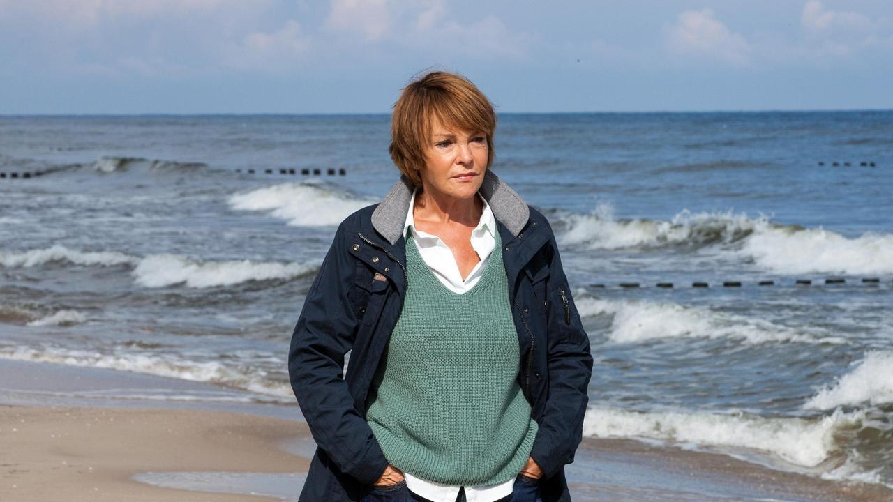Karin Lassow steht am Meer und macht sich Gedanken