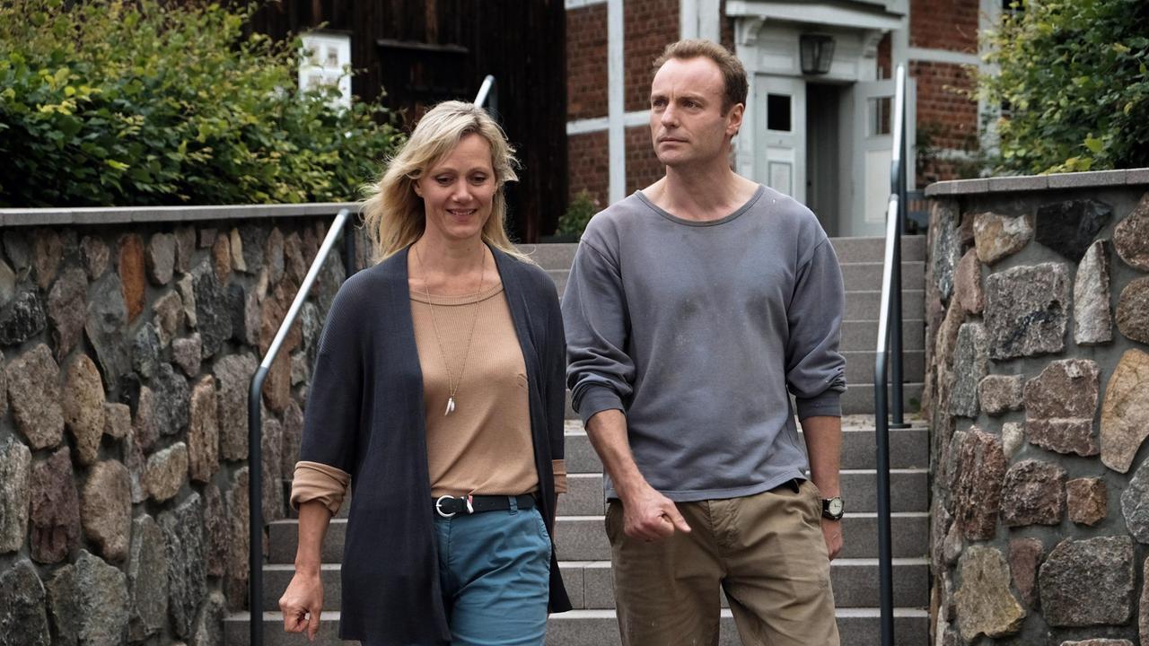 Katrin und Peter gehen eine Treppe runter