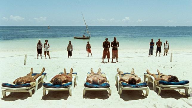 Am Strand sonnen sich Touristen