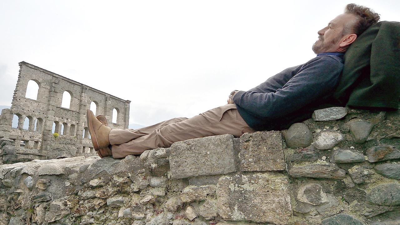 Rocco Schiavone bei den Ruinen des römischen Theaters