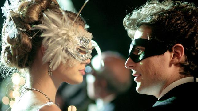 Sebastian (Flavio Parenti) erkennt Aurora (Vanessa Hessler) in ihrer Kostümierung nicht.