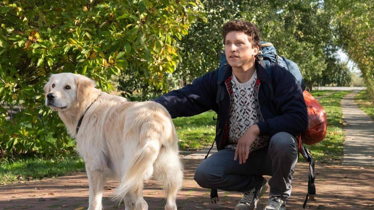 Martin mit einem schweren Rucksack auf dem Rücken und ein Hund