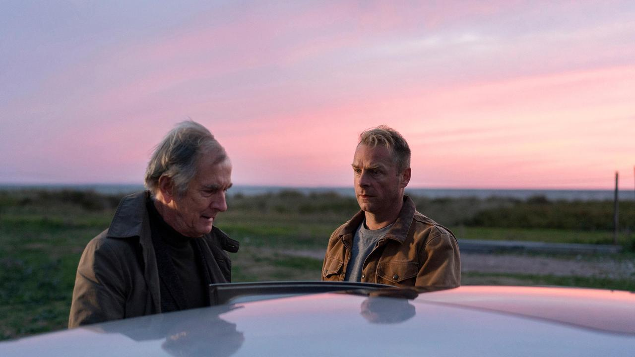 Hauke und Lonas Vater Reimar stehen an einem Auto