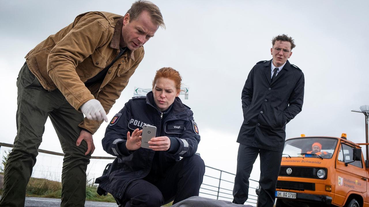 Hauke und Lona untersuchen den Tatort