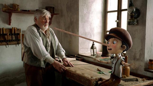 Was für eine Überraschung: Die Holzfigur, die Geppetto (Mario Adorf) geschnitzt hat, kann sprechen. Und beginnt Pinocchio zu lügen, wächst seine Nase.